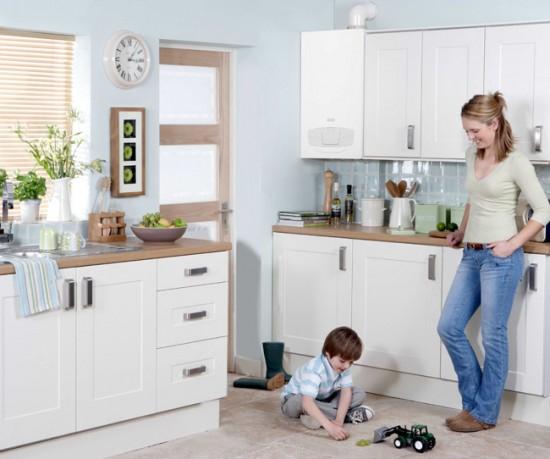 Белый котел может хорошо вписаться в интерьер кухни с белой мебелью