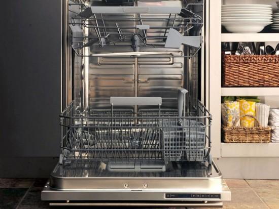 Чтобы мыть кастрюли и сковородки, нужно выбирать посудомоечную машину больших размеров