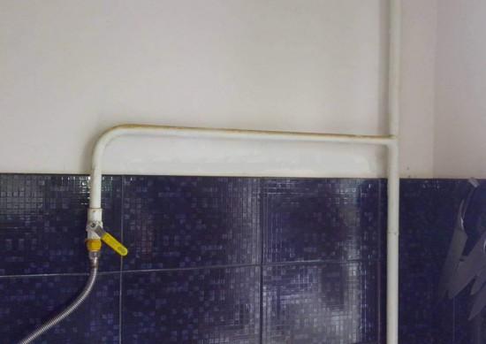 Газовую труба не украсит интерьер кухни