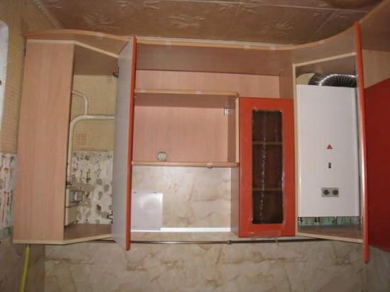 Маскировка газовой трубы с помощью кухонных шкафчиков