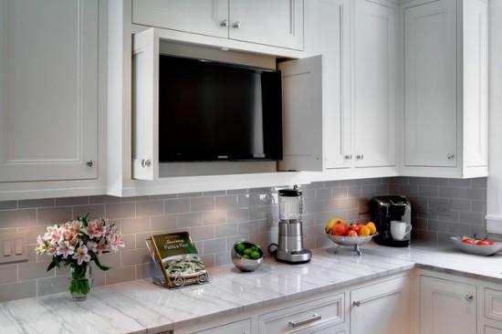 Разместить телевизор можно не только на стене, но и внутри кухонной мебели