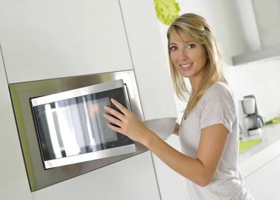 Микроволновка, встроенная в кухонный гарнитур