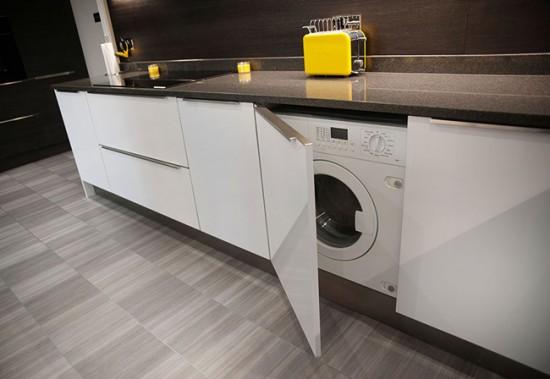 Установка машинки на кухне позволит сэкономить пространство ванной
