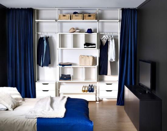 Гардеробная зона, отделенная от комнаты тяжелыми шторами