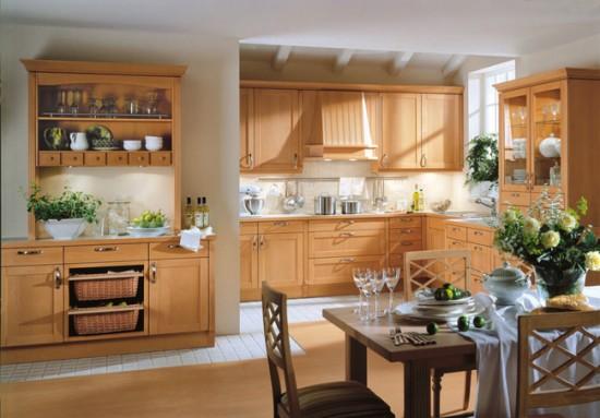 Деревянная мебель в кухне студии