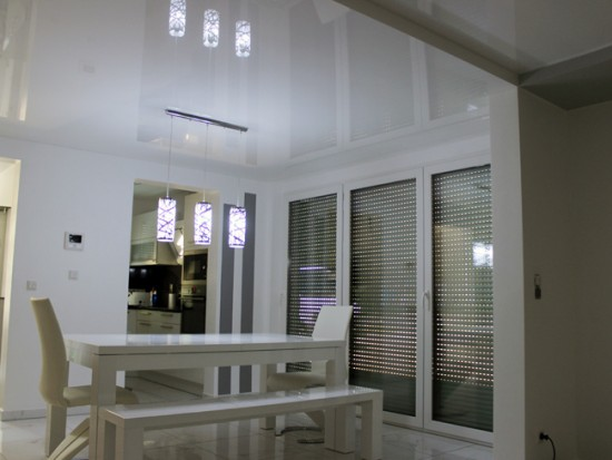 Белый натяжной потолок делает комнату объемнее