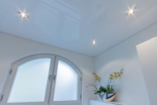 Бледно-серый потолок