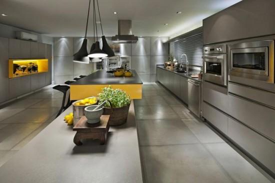 В кухне хай-тек лучше предусмотреть несколько источников света