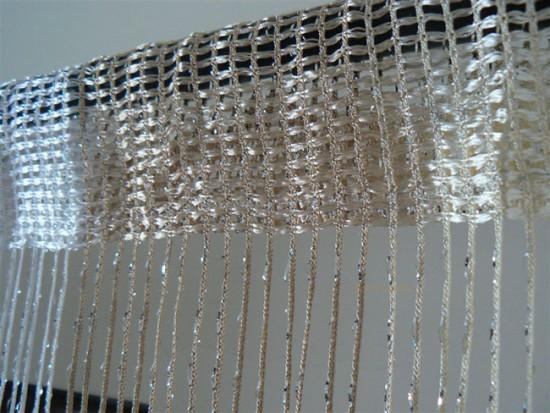 Нитяные шторы можно фиксировать на карнизах разных типов