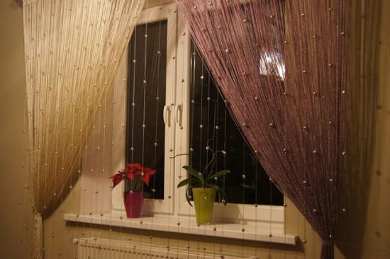 Нитяные шторы средней длины прекрасно подойдут для кухни