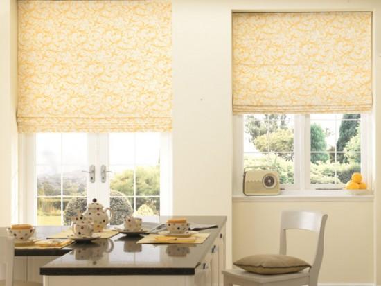 Римские шторы могут крепиться к окну разными способами