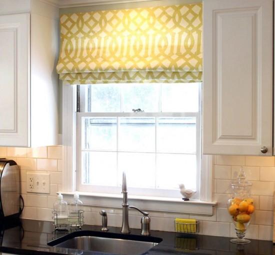 Римские шторы очень удобны для размещения на кухне