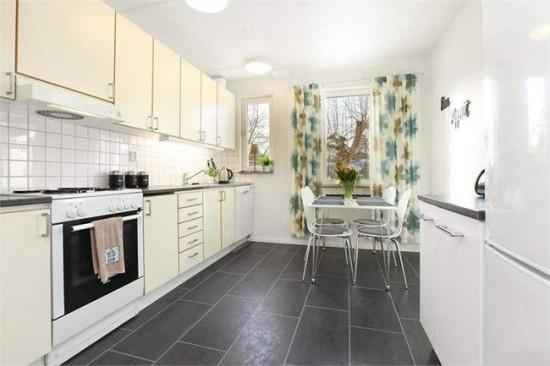 В кухне светлых тонов шторы можно сделать ярким акцентом