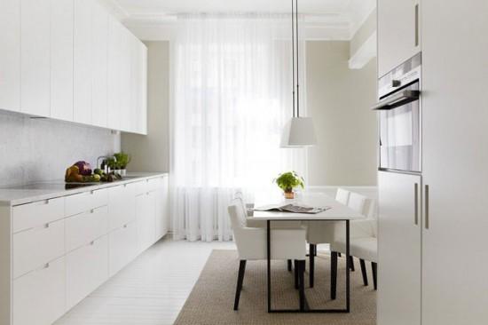 Если кухня просторная, то хорошо будут смотреться длинные шторы