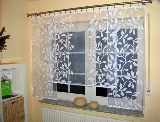 Для меленькой кухни выбирайте светлые легкие шторы