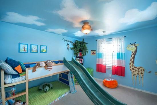 Яркие шторы отлично подойдут для комнаты малыша до 10-11 лет