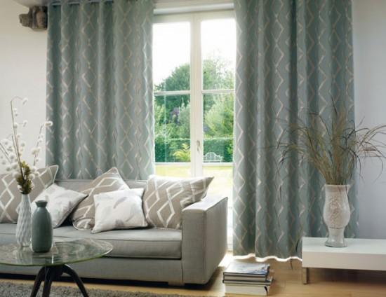 Позаботьтесь, чтобы шторы по стилю и цвету перекликались с мебелью в гостиной или с ее элементами