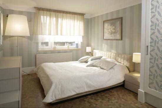 Если комната небольшая, хорошо в ней будут смотреться короткие шторы