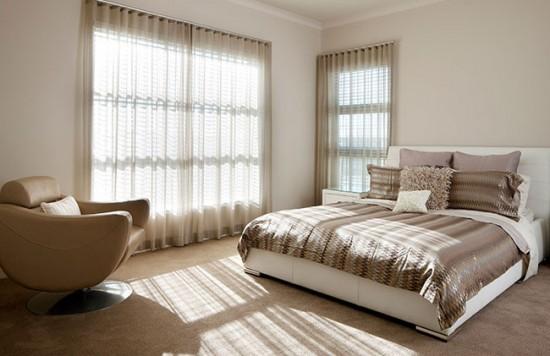 Занавески на окнах спальни не только защищают от солнечных лучей, но и выполняют функцию декора