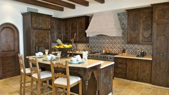 В дизайне восточной кухни нет открытых полок