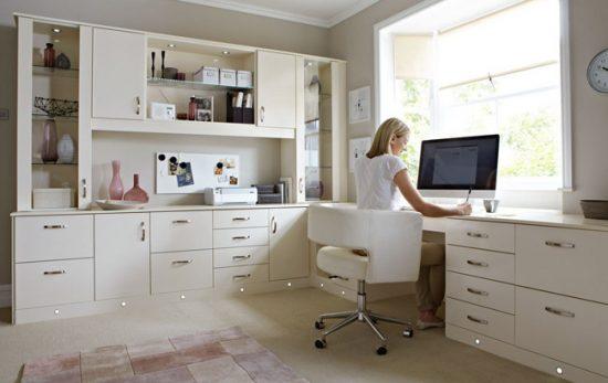 В рабочей зоне должен разместиться полноценный стол и полки