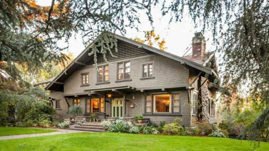Дом в стиле шале обычно имеет двухскатную крышу
