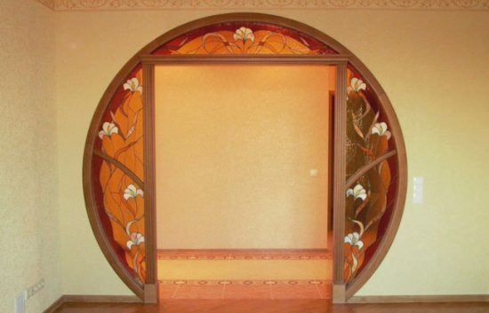 Декорирование дверного проема витражами