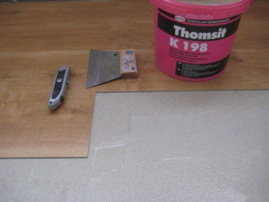 Монтаж плитки ПВХ на клей
