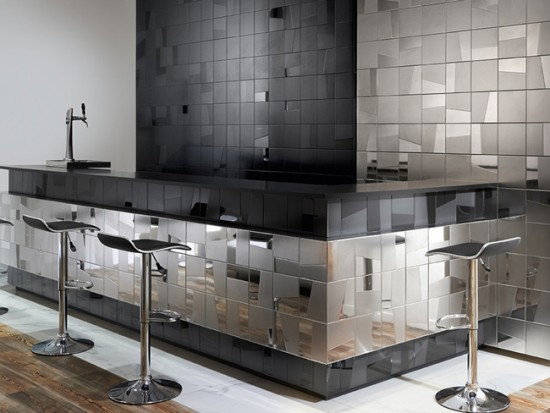 Минималистичный интерьер кухни с отделкой зеркальной плиткой