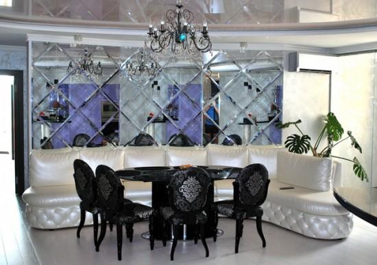 Сочетание зеркальной плитки и глянцевого натяжного потолка