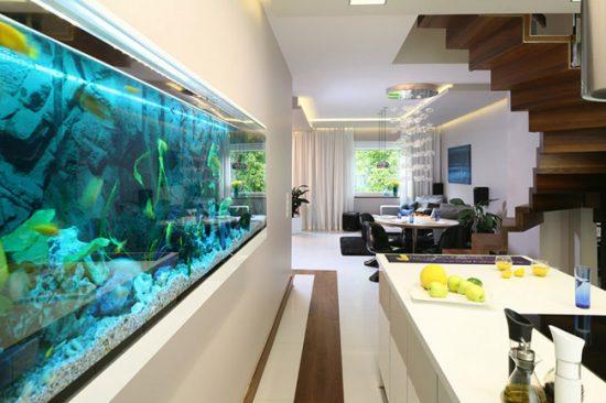 Большой аквариум будет отлично смотреться в просторной комнате