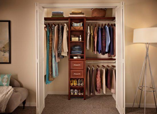 Открытые полки в гардеробной