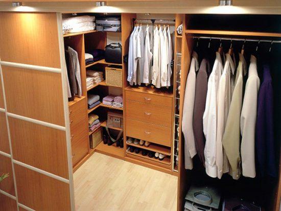Продумайте расположение полок в зависимости от того, какие вещи собираетесь разместить в гардеробной