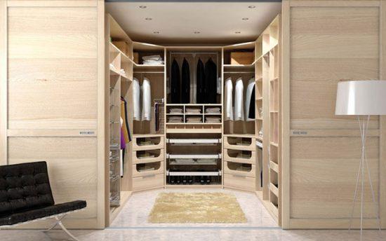 Самый удобный вариант для гардеробной - двери-купе: они не требуют пространства для открывания