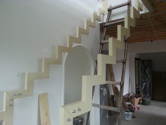 Процесс монтажа металлической лестницы