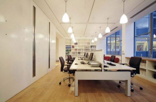 В офисе нужно предусмотреть источники света над каждым рабочим местом