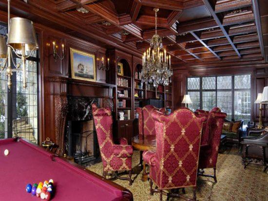 Темная деревянная мебель и камин - неизменные элементы английской гостиной