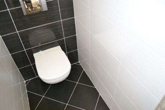 Светлые цвета сделают туалет визуально просторнее