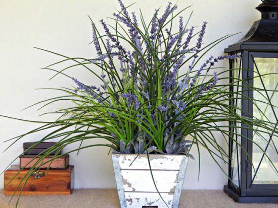 Из искусственных цветов можно создавать букеты или горшечные растения