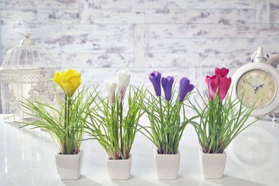 Искусственными цветами можно освежить любую комнату в доме