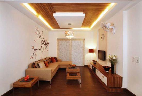 Потолок с отделкой из шпона