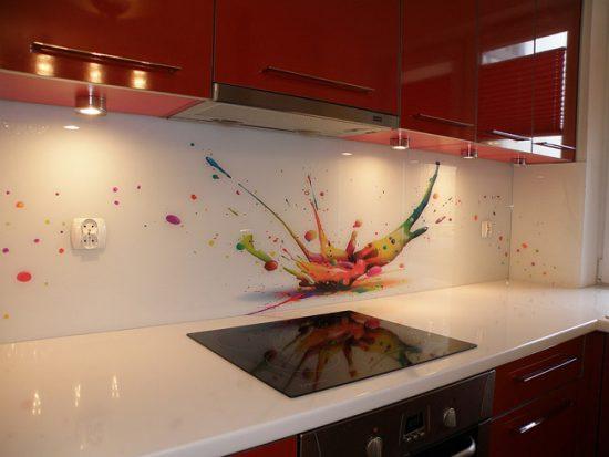 Стеклянный фартук позволяет создавать объемное изображение в рабочей зоне кухни