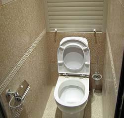 dvercy-v-santexnicheskij-shkaf-v-tualete-2