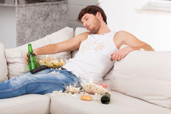Желательно как можно быстрее очищать диван от появившихся пятен