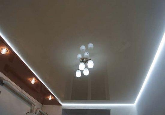 Потолок с несколькими источниками освещения