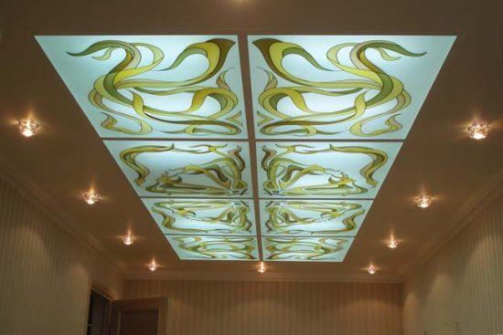 Стеклянный потолок состоит из отдельных плиток