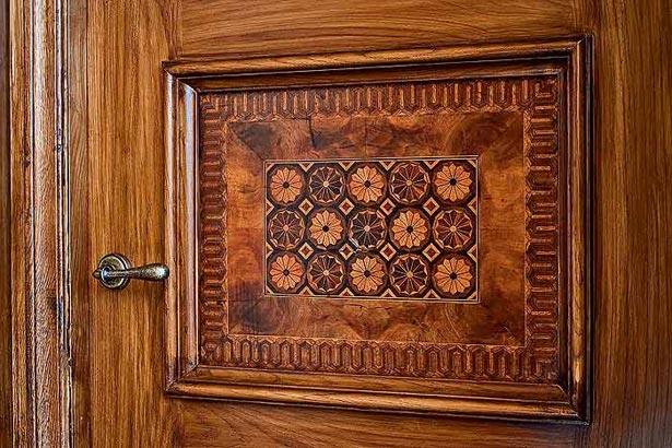 Как облагородить старую дверь