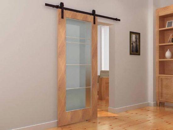 Раздвижная дверь со стеклянной вставкой