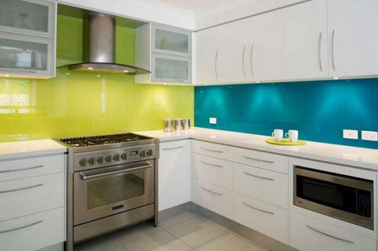 Сочетание синего и зеленого цветов на кухне