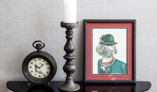 Настольные часы в винтажном интерьере